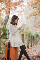 座って本を読む女性