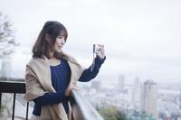 写真を撮る笑顔の女性
