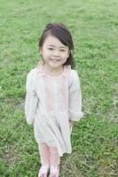笑顔で芝生に立つ子供