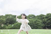芝生で遊ぶ子供