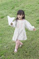 紙ヒコーキで遊ぶ子供