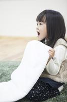 タオルをたたむ子供