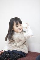 糸電話で遊ぶ子供