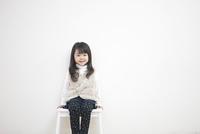 笑顔で座る子供