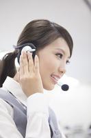 電話対応するオペレーター