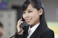 電話対応するビジネスウーマン