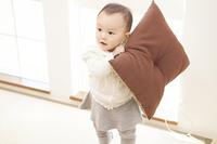 座布団で遊ぶ赤ちゃん