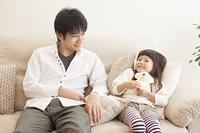 父親と笑顔で話す女の子