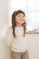 窓際で笑顔の女の子