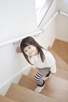 笑顔で階段を上がる女の子