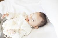 笑顔で寝る赤ちゃん
