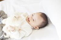 笑顔でぬいぐるみと遊ぶ赤ちゃん