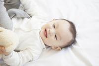 ベッドに寝る赤ちゃん