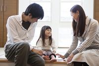 娘と話す両親