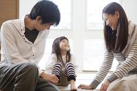 笑顔で娘と話す両親
