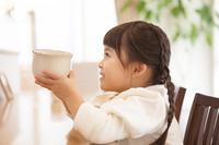 マグカップを持つ女の子