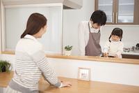 父親と一緒に料理をする女の子
