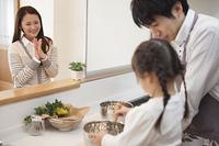 料理をする親子と見守る母親