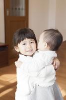 赤ちゃんを抱く姉