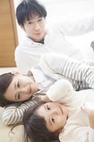 和室で寝転ぶ家族