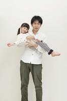 女の子を抱く父親