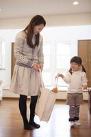 母親とエコバッグを持つ女の子