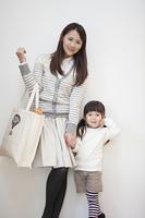 エコバッグを持つ母親と女の子