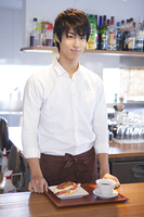カウンターの男性カフェ店員