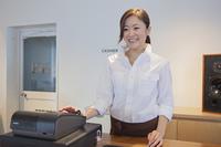レジをする女性カフェ店員