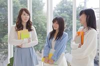 ファイルとノートを持つ女子学生