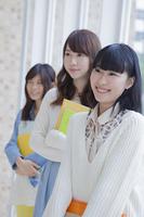 3人で並ぶ女子学生