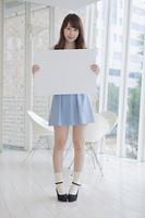 ホワイトボードを持つ女性