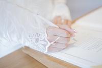 結婚宣誓書にサインする女性