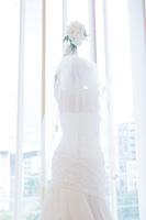 ブーケトスをするウエディングドレス姿の女性