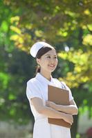 カルテを持つ看護士