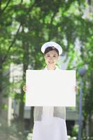 ホワイトボードを持つ看護士