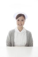 机の前の看護士