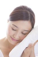 タオルで顔をふく女性