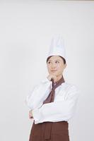 考える女性料理人