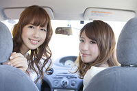 友達とドライブをする女性