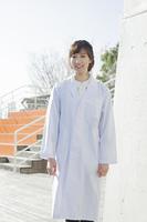 白衣を着た学生
