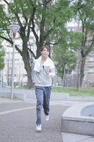 公園でランニングをする女性