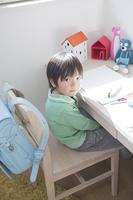 椅子に座る小学生の男の子