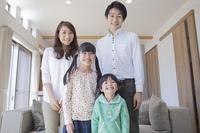 ソファーの前に立つ家族