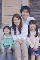 玄関の前に座る家族