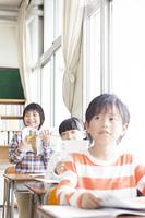 教科書を朗読する小学生