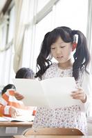 作文を読む小学生