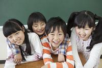 黒板の前に立つ小学生