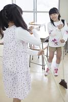 掃除をする小学生