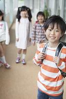 廊下に立つ小学生